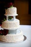 De cake van het huwelijk met drie rijen stock fotografie