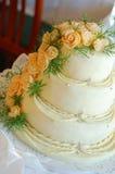 De cake van het huwelijk met oranje bloemen Stock Foto's