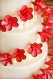 De Cake van het huwelijk met rode bloemen Royalty-vrije Stock Afbeelding