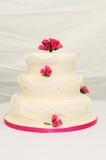 De cake van het huwelijk met roze decoratie. stock fotografie