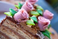 De cake van het huwelijk met roze rozen stock afbeelding