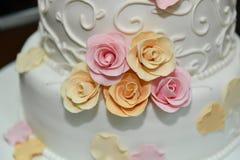 De cake van het huwelijk met rozen Royalty-vrije Stock Afbeeldingen