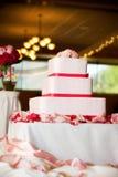 De cake van het huwelijk met rozen Stock Fotografie