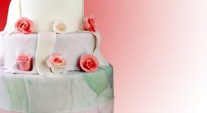 De cake van het huwelijk met rozen Stock Foto's