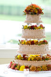 De cake van het huwelijk met vier niveaus stock afbeeldingen
