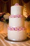 De Cake van het huwelijk op HoofdLijst Stock Fotografie