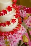 De Cake van het huwelijk in Roze en Rood Stock Foto's
