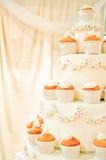 De cake van het huwelijk whith cupcakes Royalty-vrije Stock Foto