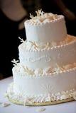 De cake van het huwelijk in wit stock foto