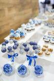 De cake van het huwelijksdessert knalt Stock Afbeeldingen