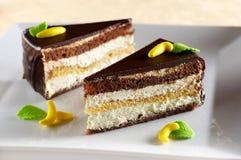 De cake van het koekje die met banaanroom wordt gevuld stock foto