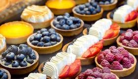 De cake van het koekje met room Cake met bessen: frambozen, bosbessen, aardbeien stock fotografie