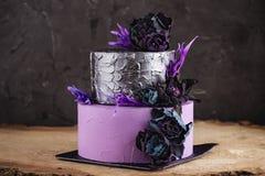 De cake van het kunstwerkhuwelijk met bloemen op donkere achtergrond Royalty-vrije Stock Foto's