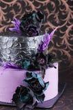 De cake van het kunstwerkhuwelijk met bloemen op donkere achtergrond Stock Foto's