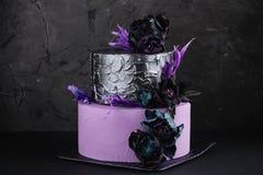 De cake van het kunstwerkhuwelijk met valse bloemen op zwarte achtergrond Stock Foto