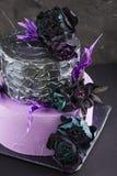 De cake van het kunstwerkhuwelijk met valse bloemen op zwarte achtergrond Royalty-vrije Stock Foto
