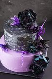 De cake van het kunstwerkhuwelijk met valse bloemen op zwarte achtergrond Stock Fotografie