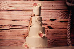 De cake van het vanillehuwelijk met rozen Royalty-vrije Stock Afbeeldingen