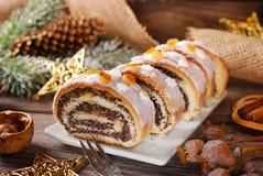 De cake van de Kerstmispapaver op houten lijst stock foto