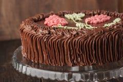 De cake van Kiev met chocoladeroom op de horizontale glastribune Stock Afbeeldingen