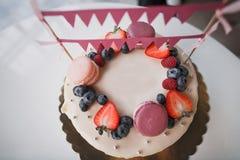 De cake van de kinderen` s verjaardag met bessen en makarons royalty-vrije stock foto's