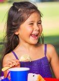 De Cake van meisjesearting Royalty-vrije Stock Foto's