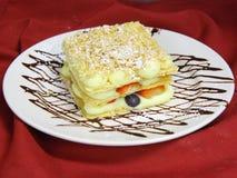 De cake van Napoleon op de plaat Stock Foto's