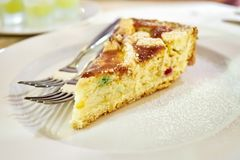 De Cake van Napolitanpastiera diende witte schotel Stock Fotografie
