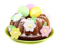 De cake van Pasen die met bloemen wordt verfraaid. royalty-vrije stock afbeeldingen