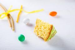 De cake van Pasen en kleurrijke eieren Stock Foto