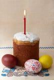 De cake van Pasen met eieren en kaars Stock Afbeeldingen