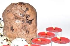 De cake van Pasen met kaarsen en eieren Stock Foto's