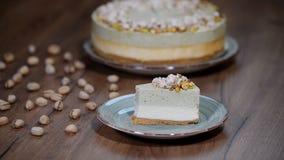 De cake van de pistachemousse, kaastaart op plaat stock footage