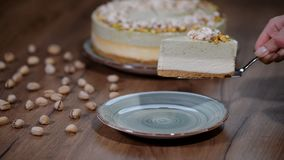 De cake van de pistachemousse, kaastaart op plaat stock videobeelden