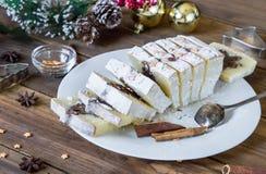 De cake van Slicesedkerstmis op de achtergrond met vakantiedecoratie stock fotografie