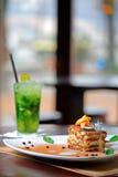 De cake van Tiramisu en mojitodrank Royalty-vrije Stock Fotografie