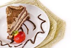 De cake van Tiramisu met aardbei stock afbeelding
