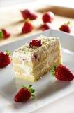 De cake van Tiramisu met aardbei stock foto's