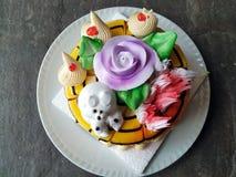 De cake van de vanille buttercream Verjaardag met kleurrijk bestrooit over een neutrale achtergrond stock afbeelding