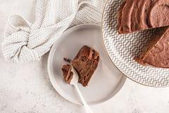 De cake van de veganistchocolade op een witte schotel voor cake, hoogste mening, exemplaar SP royalty-vrije stock fotografie