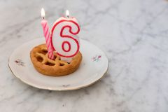 De cake van de verjaardag met kaarsen Royalty-vrije Stock Foto's