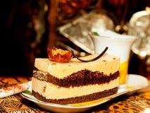 De cake van Wenen met amandel en karamel bij donkere achtergrond Stock Afbeelding