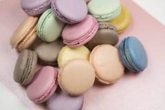 De cakemakarons of de makarons worden opgemaakt in een chaotische orde op een roze achtergrond, kleurrijke amandelkoekjes, pastel royalty-vrije stock foto's