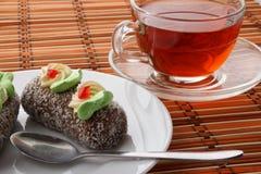 De cakes en de thee van de rumbal stock foto