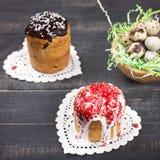 De Cakes en het Nest van Pasen met kwartelseieren Royalty-vrije Stock Afbeeldingen