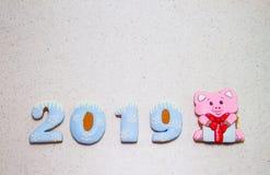 De cakes in de glans Het jaar van het varken 2019 Het bakken op een lichte achtergrond stock fotografie