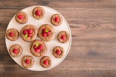 De cakes van de chocoladelava met verse frambozen en muntbladeren, op de porcelan plaat Stock Fotografie