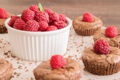 De cakes van de chocoladelava met verse frambozen, munt en chocoladestukken Stock Afbeelding