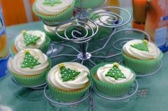 De cakes van de Kerstmiskop op tribune Stock Foto's