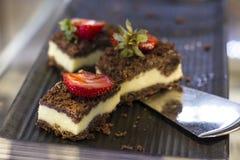 De cakes van de gestremde melkchocolade met verse aardbeien op een dienblad royalty-vrije stock afbeeldingen